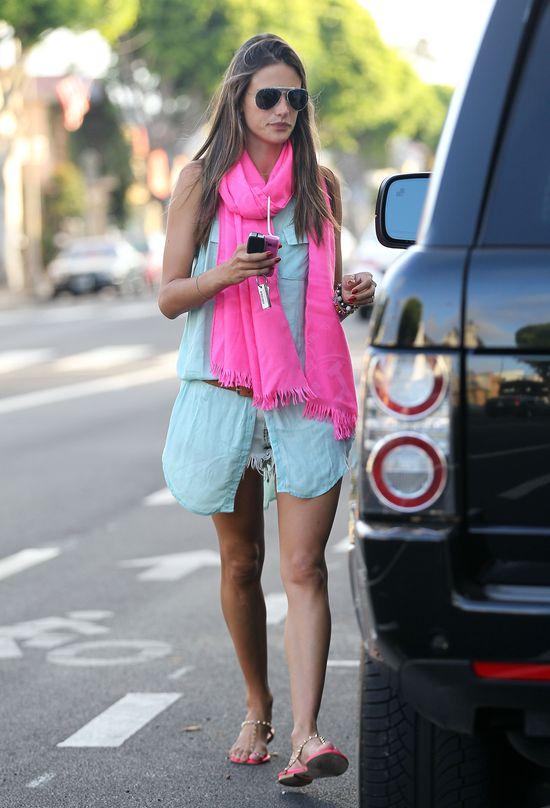Alessandra Ambrosio stawia na dodatki (FOTO)