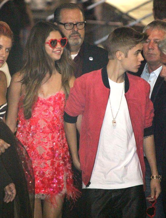 Selena Gomez w okularach serduszkach i krótkiej sukience