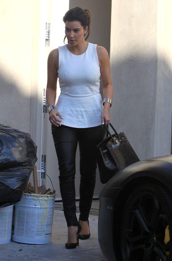 Kim Kardashian i Jennifer Love Hewitt w bluzkach z baskinką