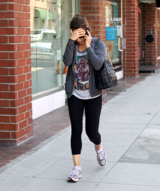 Mila Kunis w legginsach i krótkiej koszulce