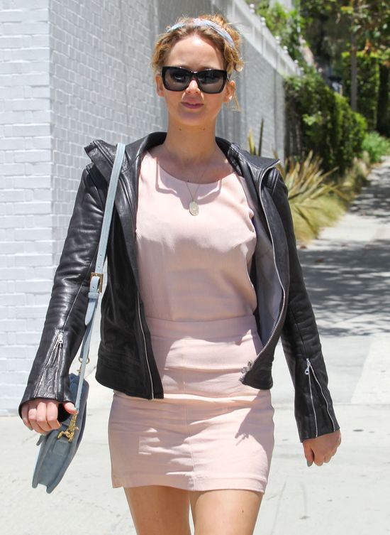 Jennifer Lawrence w modnej apaszce (FOTO)