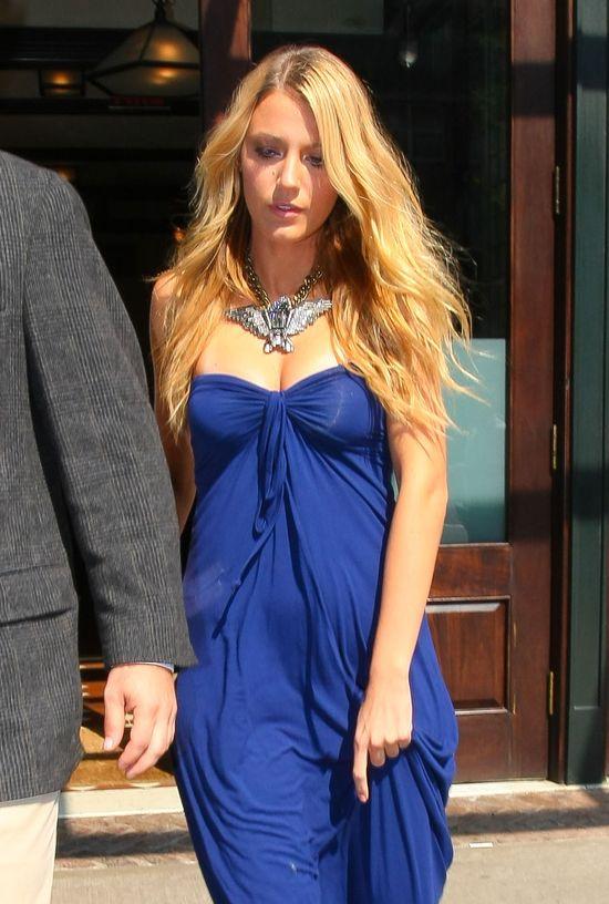 Blake Lively w granatowej sukience maxi (FOTO)