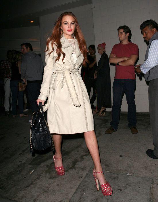 Lindsay Lohan w płaszczu i niebotycznie wysokich platformach
