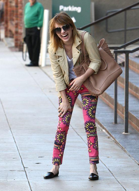Wzorzyste spodnie Emmy Roberts (FOTO)