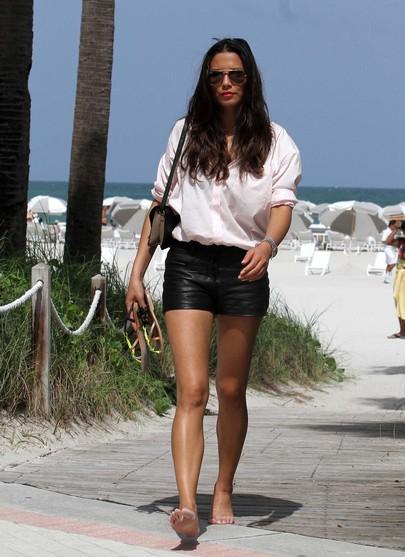 Elegancka Jessica Gomes na plaży