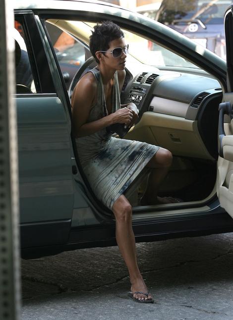 Halle Berry w sukience potraktowanej odplamiaczem