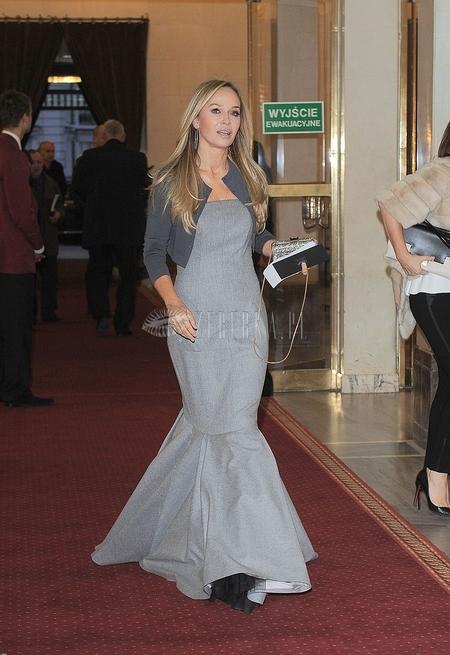 Joanna Przetakiewicz w szarej sukni o syrenim kroju (FOTO)