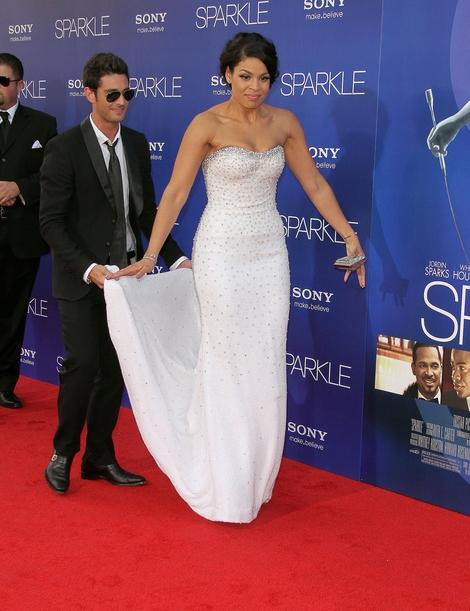 Jordin Sparks w sukni z imponującym trenem (FOTO)