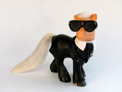 Karl Lagerfeld jako kucyk Pony! (FOTO)