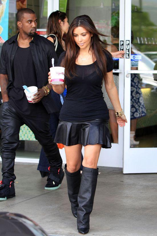 Kim Kardashian w skórzanej mini i kozakach (FOTO)