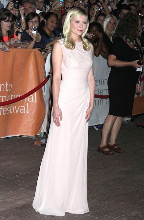 Kirsten Dunst w jasnej sukni do ziemi (FOTO)