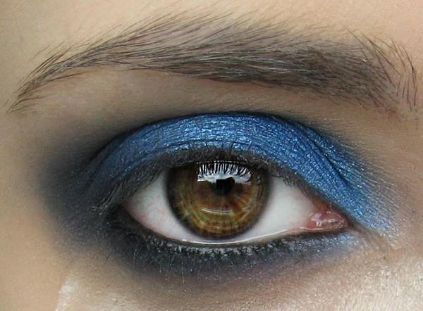 Wiosenny makijaż w kolorze niebieskim