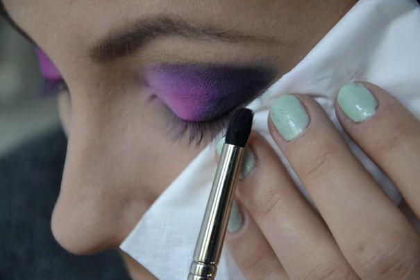 Makijaż w kolorze fuksji i błękitu