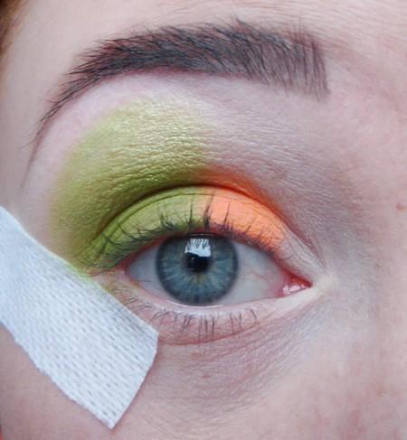 Makijaż w kolorze zieleni i oranżu
