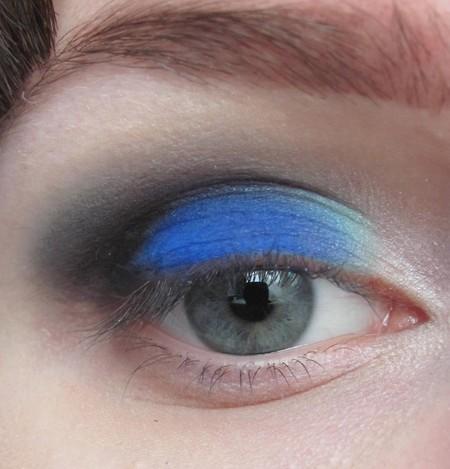 Makijaż oka w czerni i błękicie