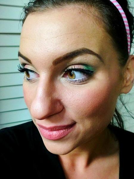 Makijaż w kolorze brzoskwini i zieleni
