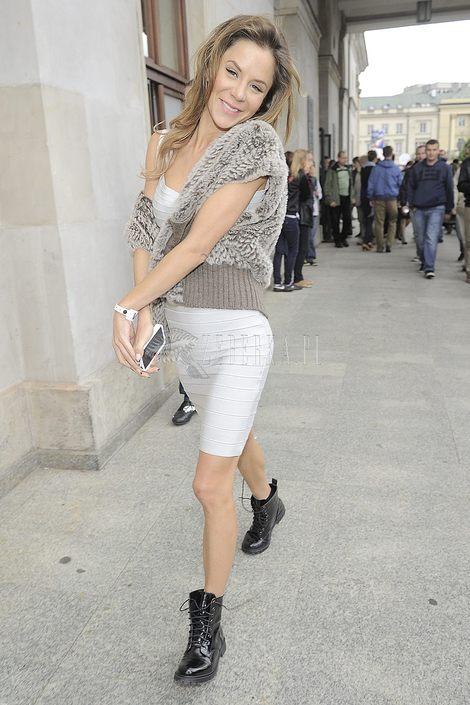 Natalia Lesz połączyła bandażową sukienkę z glanami