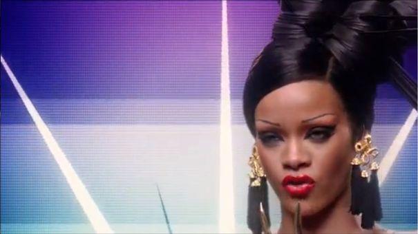Rihanna bez brwi i w stylu gejszy