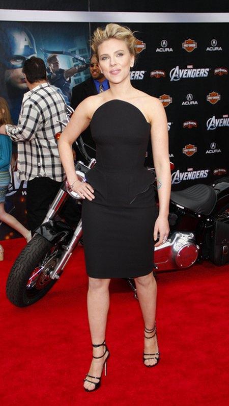 Hollywoodzki szał na małe czarne (FOTO)/Scarlett Johansson