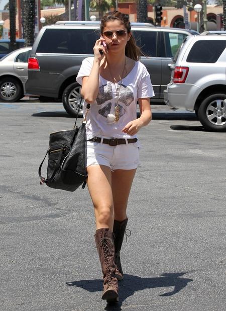 Selena Gomez w topie odsłaniającym plecy (FOTO)