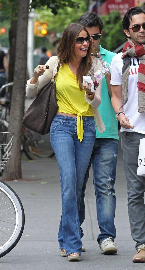 Sofia Vergara w dzwonach i wiązanej bluzce