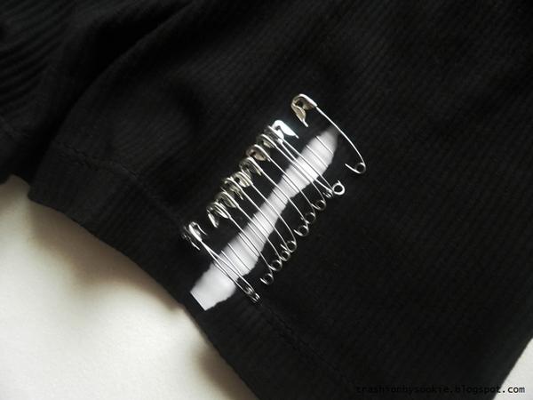 Zrób to sama: poszarpana koszulka z agrafkami