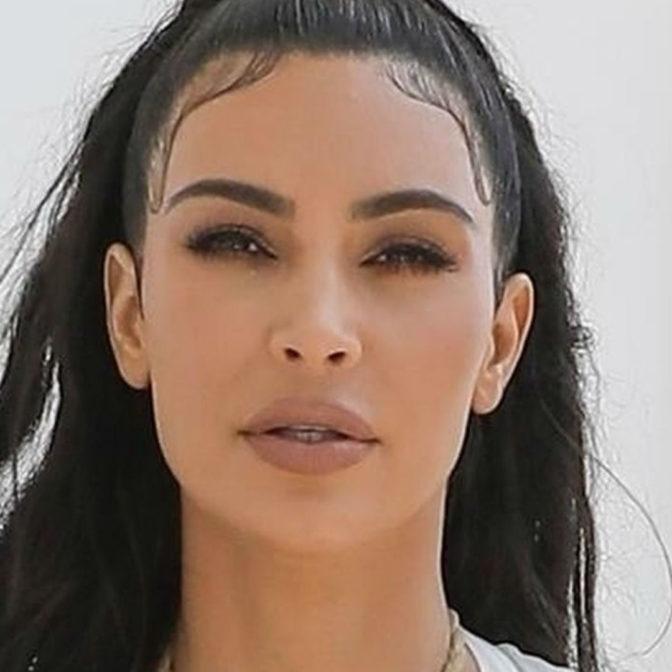 Kim Kardashian w odważnej stylizacji. Celowo zapomniała o staniku?