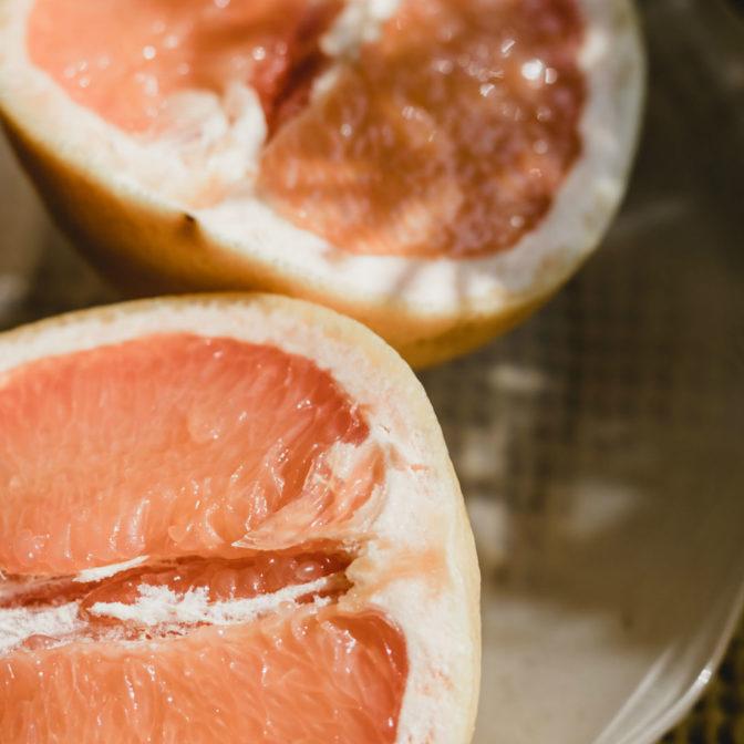 Rozjaśniający peeling grejpfrutowy diy. Lekarstwo na przebarwienia słoneczne