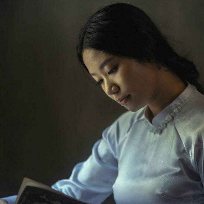 Japonka czyta książkę
