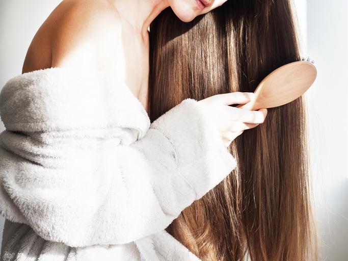 Internautki znalazły sposób na piękne włosy. Myją je kosmetykiem przeznaczonym do czegoś zupełnie innego