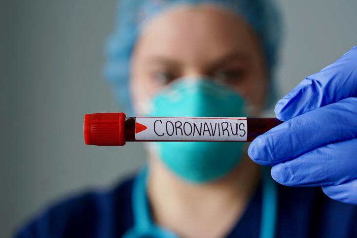 Makijaż jak maseczka ochronna to nie kolejny głupi żart z koronawirusa. Ma ważne przesłanie