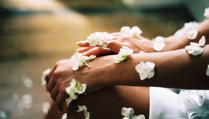 kobiece dłonie pokryte kwiatami