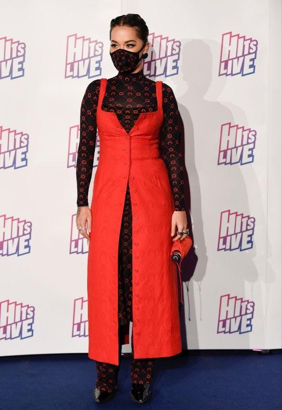 Rita Ora w maseczce ochronnej