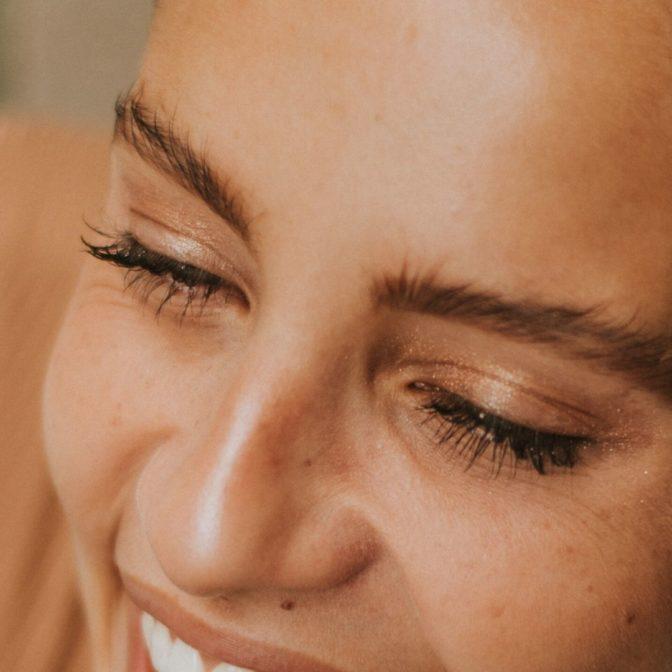 Rozświetlająca mgiełka do twarzy, która zapewni efekt glass skin. Naturalny przepis